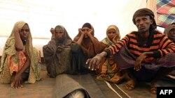 Ông Mohamed Ibrahim (phải) chuẩn bị chôn cất người con trai 1 tuổi, chết vì suy dinh dưỡng tại trị nạn Kobe ở Ethiopia, ngày 13/8/2011
