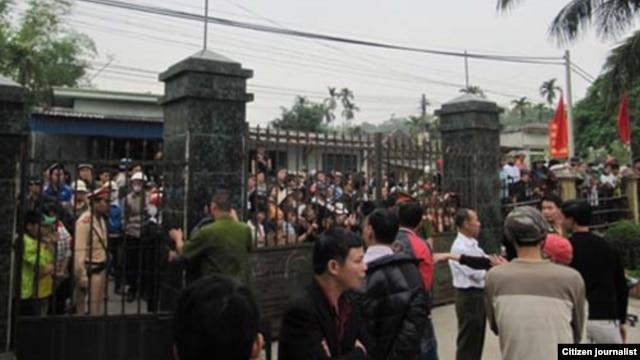 Hàng trăm cư dân địa phương kéo về bao vây Ủy ban Nhân dân xã Chính Mỹ, huyện Thủy Nguyên (Hải Phòng) yêu cầu giới hữu trách giải thích về cái chết đáng ngờ của ông Nguyễn Văn Quệ