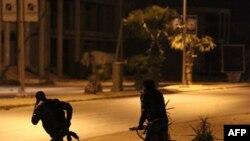 利比亚保安人员在冲突中推进
