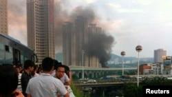 廈門公交車大火引發的煙霧引起路人圍觀