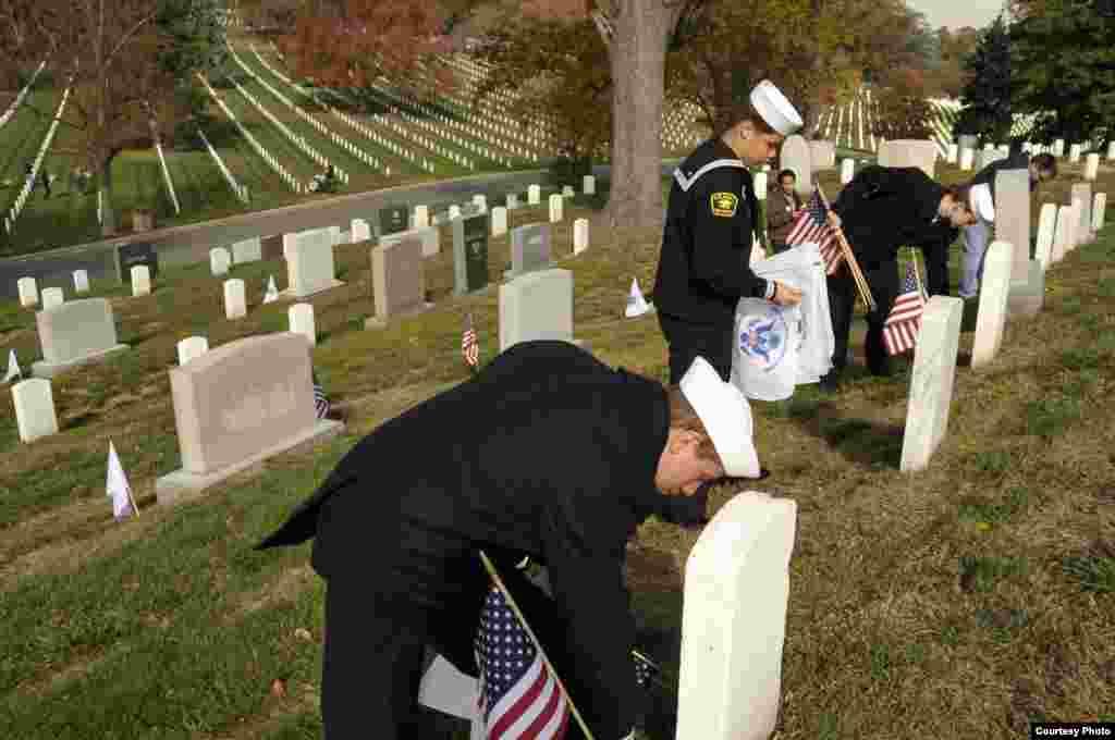Pripadnici Korpusa mornaričkih kadeta sudjeluju u manifestaciji Flags Across America, održanoj na Nacionalnom groblju Arlington.