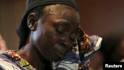 Hanatu Dauda, uwar daya daga cikin yara mata fiye da 200 da aka sace a garin Chibok ke nan a taron manema labarai akan yaran da aka yi a Legas 5 ga watan Yuni, 2014.