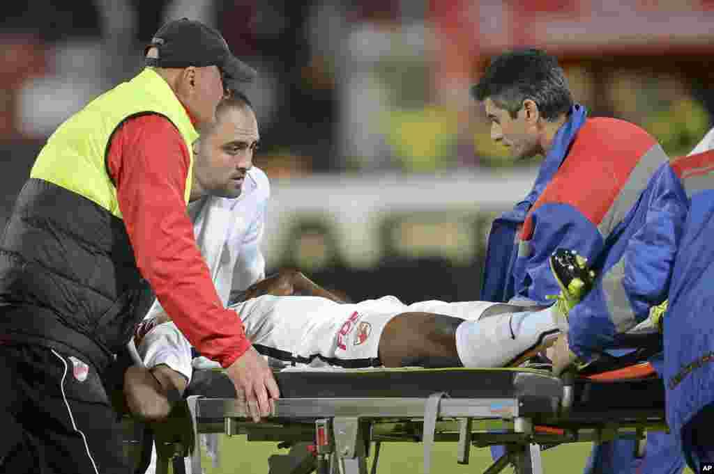 Le joueur Camerounais Patrick Ekeng est placé sur une civière après s'être effondré lors d'un match de championnat à Bucarest, Roumanie, vendredi 6 mai 2016. (AP Photo / Alex Dobre) ROUMANIE OUT