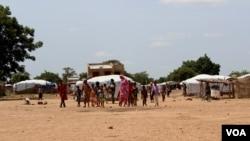 Malian children return from morning primary school session, which they attend in neighboring village, Sag-Nioniogo refugee camp, Burkina Faso, Oct. 9, 2013. (VOA/Jennifer Lazuta)