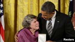 """Američki predsednik Barak Obama dodeljuje medalju Meri Džo Kopland iz Mineapolisa, zbog osnivanja društvene humanitarne mreže """"Brižne ruke""""."""
