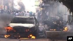 مظاہرین نے کئی گاڑیوں کو بھی نظر آتش کر دیا