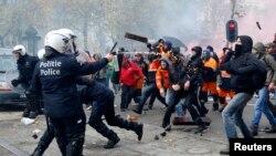 Puluhan ribu pekerja Belgia turun ke jalan-jalan di Brussels hari Kamis (6/11) dan bentrok dengan polisi setempat.