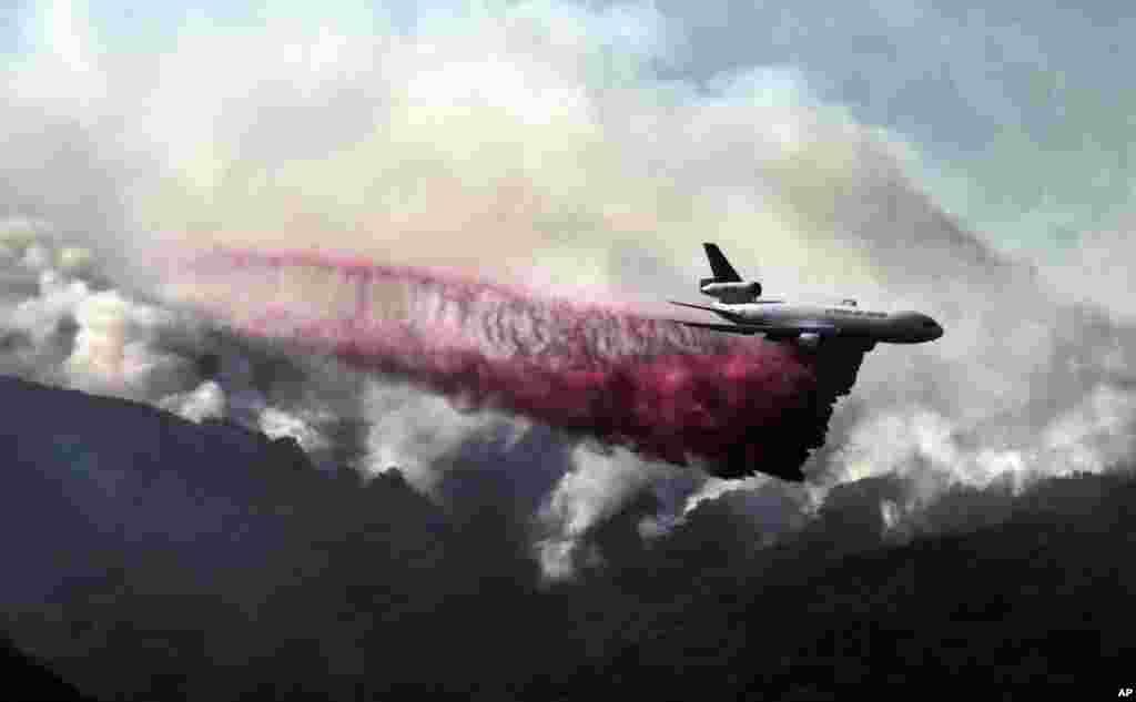 هواپیمای اطفای حریق بر فراز آسمان منطقه مالیبو که چند روزی است در شعله های آتش می سوزد.