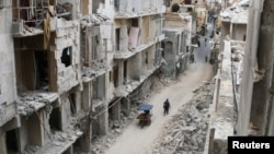 敘利亞政府軍在阿勒頗附近一處村莊的戰鬥令建築物嚴重損毀。