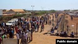 Sebuah foto yang dirilis oleh Badan PBB UNMISS, 17 Desember 2013 ini memperlihatkan warga sipil yang tiba di komplek tiba di kompleks UNMISS yang berdekatan dengan Bandara Internasional Juba untuk mencari perlindungan menyusul pertempuran-pertempuran terakhir di ibukota (Foto: dok).