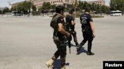 Lực lượng an ninh trung thành với Tổng thống Thổ Nhĩ Kỳ Recep Tayyip Erdogan bảo vệ trụ sở Bộ Tổng tham mưu ở Ankara, 17 tháng 7 năm 2016.