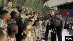Presiden Obama saat mengunjungi tentara AS di Afghanistan, 28 Maret 2010.