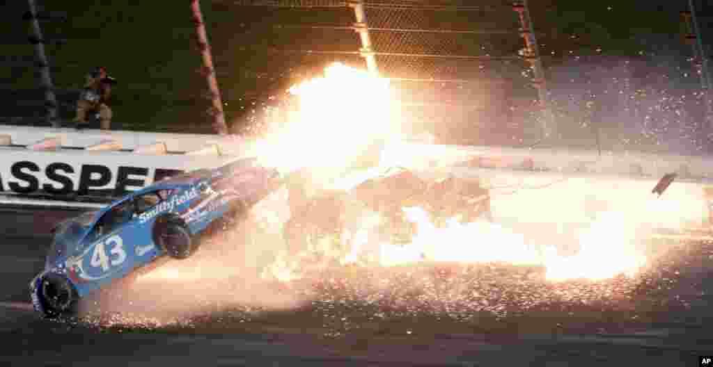 កីឡាករ Aric Almirola (ក្នុងរថយន្តលេខ៤៣) បុកជាមួយនឹងកីឡាករ Danica Patrick និង Joey Logano ក្នុងពេលប្រកួត NASCAR Monster Cup នៅផ្លូវ Kansas Speedway ក្នុងក្រុង Kansas រដ្ឋ Kansas សហរដ្ឋអាមេរិក កាលពីថ្ងៃទី១៣ ខែឧសភា ឆ្នាំ២០១៧។