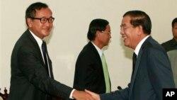 Thủ tướng Campuchia Hun Sen bắt tay với lãnh đạo đối lập Sam Rainsy trước cuộc họp tại Quốc hội ở Phnom Penh, ngày 17/9/2013.