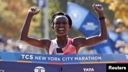 Mary Keitany akivuka mstari wa kumaliza mbio za New York Marathon Jumapili.
