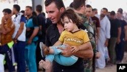 په عکس کې هغه عراقیان دي چې په ۲۰۱۴ کال جون کې د داعش له ویرې د موصل ښار نه کردستان ته وتښتیدل.
