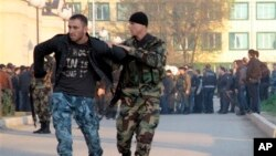 Polisi Rusia menahan seorang tersangka militan asal Chechnya (foto: dok). Polisi di Moskow menangkap 15 tersangka Islamis radikal bersenjata Rabu (27/11).