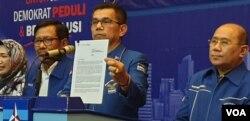 Sekjen Partai Demokrat Hinca Panjaitan saat membacakan surat dari SBY hari Kamis (28/2) di Jakarta. (Foto: VOA/Sasmito Madrim)