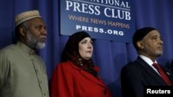 Dari kiri: Imam Johari Abdul-Malik, Kristin Szremski, dan Imam Mahadi Bray saat mengumumkan Koalisi 100 pemimpin Muslim AS hari Senin (21/12)