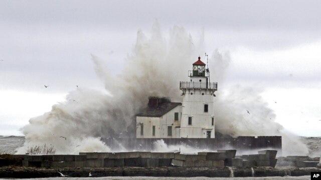Những ngọn sóng lớn đập vào hải đăng ở hồ Erie trong trận bão Sanday, 30/10/12