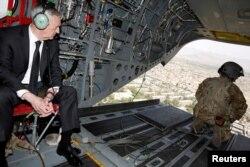 Menteri Pertahanan AS James Mattis melihat pemandangan Kabul dari helikopter saat mengunjungi markas Resolute Support, 24 April 2017. (Foto:dok)