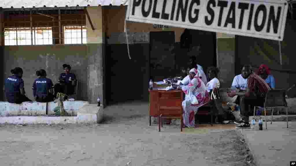 En images jammeh reconnait sa d faite en gambie for Ouverture bureau vote 13 decembre