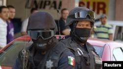 Polisi federal Meksiko dalam razia narkoba di Apatzingan, 2010.