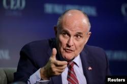 ທ່ານ Rudy Giuliani, ຮອງປະທານຂອງກຸ່ມປ່ຽນແປງລັດຖະບານປະທານາທິບໍດີ Trump, ກ່າວວທີ່ສະພາ CEO ຂອງໜັງສືພິມ Wall Street ໃນນະຄອນຫຼວງ ວໍຊິງຕັນ. 14 ພະຈິກ 2016.