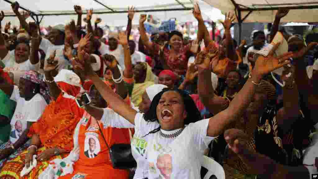 Un rassemblement des partisans du président sortant ivoirien Alassane Ouattara jubilant après la publication des résultats provisoires de l'élection présidentielle, à Abidjan, Côte d'Ivoire, 28 octobre 2015.