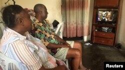 ຄູ່ຜົວເມຍ ນັ່ງຊົມ ພິທີສາບານໂຕ ເຂົ້າຮັບຕຳແໜ່ງ ຂອງປະທານາທິບໍດີ Ali Bongo Ondimba ໃນນະຄອນຫຼວງ Libreville ຂອງກາບົງ, ວັນທີ 27 ກັນຍາ 2016.