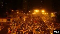 10月1日中國國慶日凌晨,金鐘往中環方向的汽車天橋填滿持雨傘爭取真普選的群眾。(美國之音湯惠芸攝)