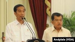 Presiden Jokowi didampingi Wapres Jusuf Kalla memberikan keterangan pers terkait sikapnya soal KPK-Polri di Istana Merdeka Jakarta, 18 Februari 2015 (Foto: VOA/Andylala).
