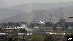 阿富汗塔利班激进分子4月15日袭击首都喀布尔后市区升起的硝烟