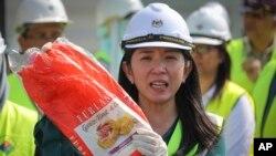 «یئو بی یین» وزیر انرژی، علوم، فن آوری، محیط زیست و تغییرات اقلیمی یک پلاستیک غیرقابل بازیافت شدن را در دست نشان می دهد - ۲۸ مه ۲۰۱۹