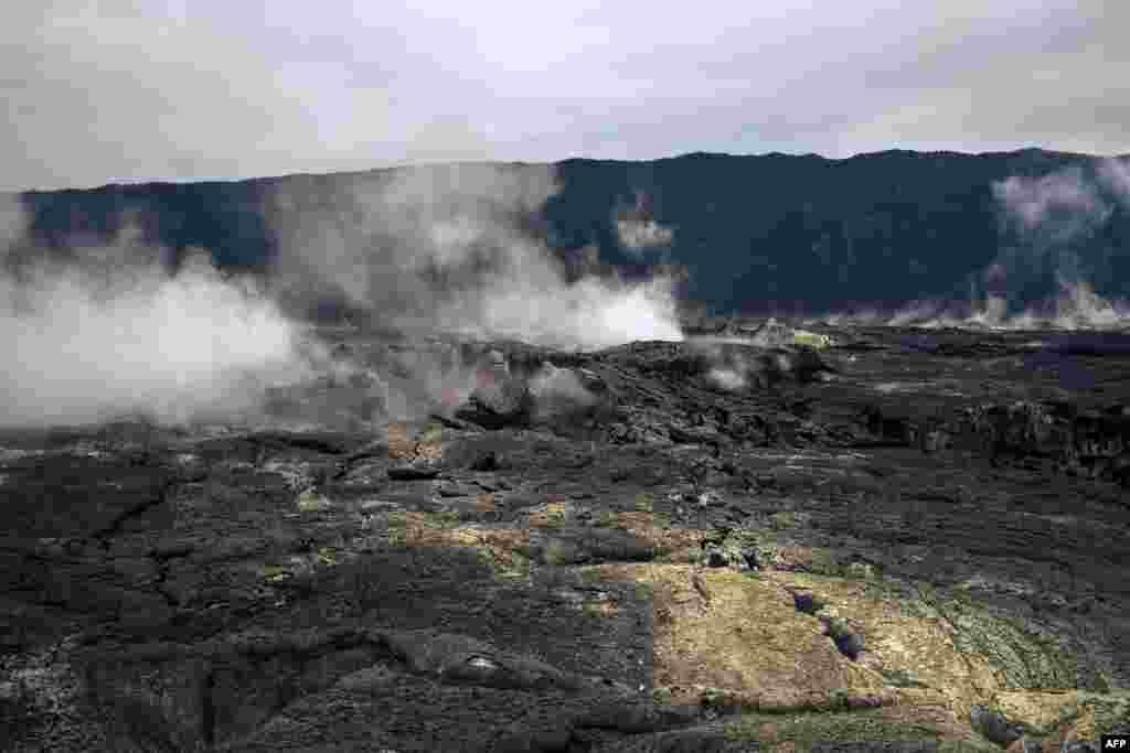 Volcan Nyamuragira ezali na nanu na moto pene na volcan Nyiragongo, pene na volcan lipasa ya Nyiragongo, na nord ya Goma, Nord-Kivu, 30 mai 2021.