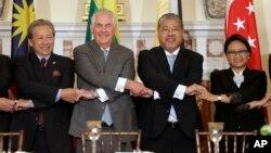 렉스 틸러슨 미국 국무장관(왼쪽 두번째)이 지난 5월 워싱턴 국무부 청사에서 동남아시아 외무장관들과 만나 손을 맞잡고 있다. 왼쪽부터 아니파 아만 말레이시아 외무장관, 엔리케 마날로 필리핀 외무장관, 레트노 마르수디 인도네시아 외무장관.