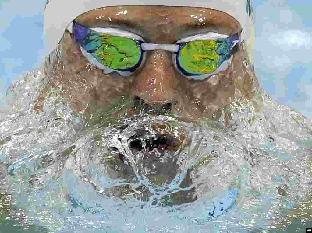Scott Weltz compite en los 200 metros pecho en el Centro Acuático de Londres.