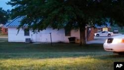 Polisi kota Corinth memblokir lokasi sekitar sebuah rumah di West Hills salah satu sudut kota Corinth, Mississippi, Kamis pagi (18/4) waktu setempat. Para petugas mengisolasi kediaman Paul Kevin Curtis setelah penangkapannya terkait pengiriman surat beracun untuk Presiden Obama dan Senator Roger Wicker.