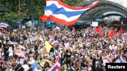 反政府示威者2013年11月24日在曼谷市中心抗議政府支持的大赦法案