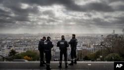 在教堂附近警戒的巴黎警察俯瞰巴黎(2015年11月18日)
