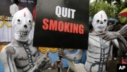 Activistas con disfraces de esqueletos participan en una campaña contra el tabaquismo en la India.