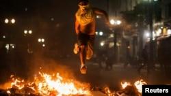 Para demonstran di Sao Paulo, Brazil membakar sampah dan menjarah toko-toko (18/6).