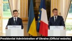 Президенти Володимир Зеленський та Еммануель Макрон на пресконференції після переговорів у Парижі 17 червня 2019 р.