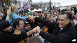 Mitt Romney menyapa pendukungnya di New Hampshire. (Foto: AP/Charles Darapak)