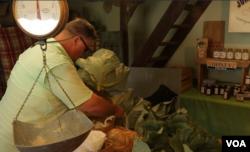 버지니아 워렌튼의 무인 파머스마켓에서 손님이 채소를 고르고 있다.