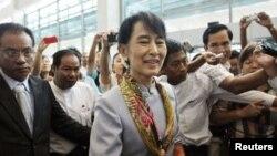 ທ່ານນາງ Aung San Suu Kyi ທີ່ສະໜາມບິນສາກົນຂອງນະຄອນຢ່າງກຸ້ງ ຂະນະທີ່ກໍາລັງຈະອອກເດີນທາງ ໄປຢ້ຽມຢາມຢູໂຣບ, ວັນທີ 13 ມີຖຸນາ 2012.
