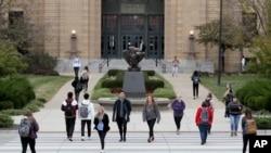 Sejumlah siswa menyeberangi Boulevard Jayhawk di depan Strong Hall di Kampus Universitas Kansas di Lawrence, Kamis, 24 Oktober 2019. (Foto: AP)