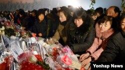 북한 주민들이 16일 평양 만수대언덕에 있는 김일성 주석과 김정일 국방위원장의 동상을 찾아 헌화하고 있다.
