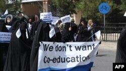 Mujeres cubiertas de la cabeza a los pies marchan por las calles de Kabul, Afganistán, el 11 de septiembre de 2021 en apoyo a las medidas del Talibán de no permitir la educación mixta.