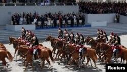 Diễu binh kỷ niệm Quốc khánh Pháp trên đại lộ Champs-Elysees ở Paris hôm 14/7/2017. Tổng thống Donald Trump đã tới dự và từ đó có ý muốn tổ chức một cuộc duyệt binh ở Washington DC dự kiến diễn ra vào 11/11 năm nay.